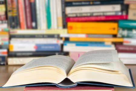 Ouvrir le livre devant d'autres livres