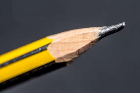grafito: La punta de grafito de un l�piz de madera sobre fondo gris Foto de archivo