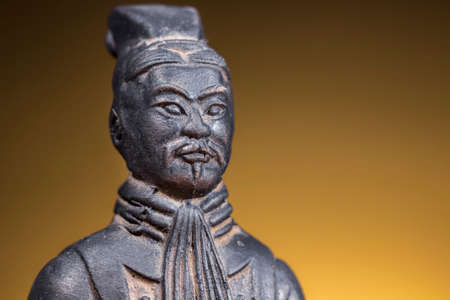 sol naciente: Close-up of terracotta figurine of ancient chinese warrior on rising sun background