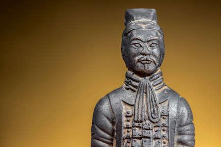 sol naciente: Estatuilla de terracota del guerrero antiguo chino sobre antecedentes de levantamiento del sol. El espacio en blanco a la izquierda.