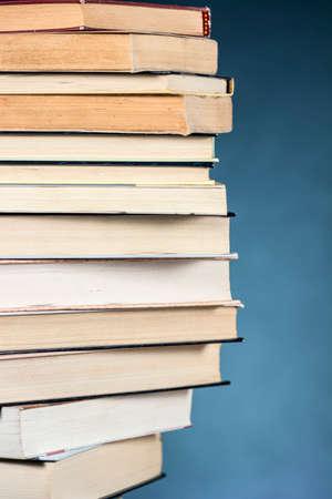 Pile de livres par étapes, sur fond bleu texturé