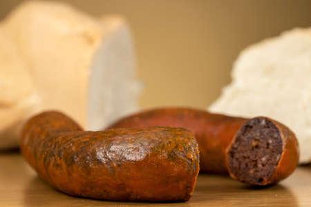 Traditionelle hausgemachte Blutwurst vor Brot, auf Holztisch