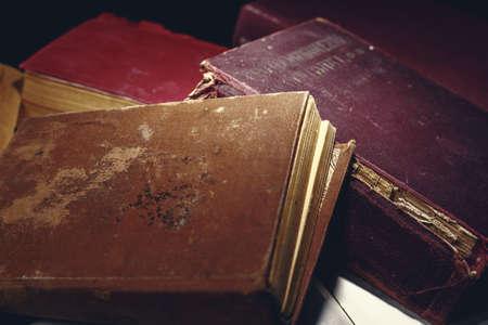 Montón de libros desgastados por la edad, vista de detalle. Fondo de escritorio de conocimiento antiguo Foto de archivo - 93274049