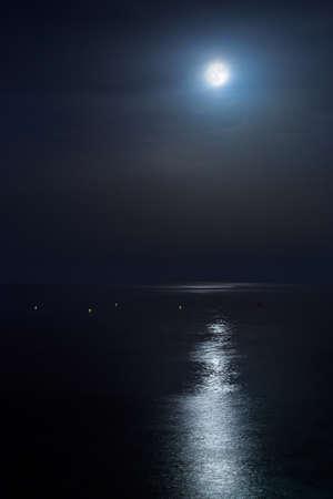 Full moon of August over a calm sea. Portrait orientation Fine Art Stockfoto