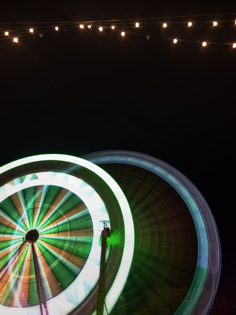 Long exposure of the movement of a ferris wheel in an amusement park 免版税图像