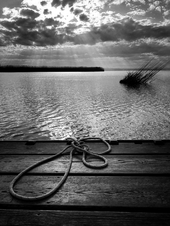 Blick auf die Lagune von Valencia von einem Pier, an dem ein Seil zum Anbinden der Boote liegt