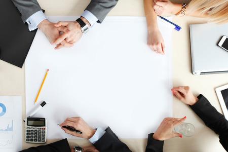 reuniones empresariales: vista desde arriba en la gente de negocios en el escritorio de oficina