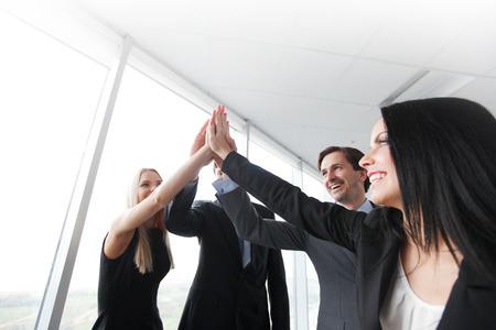 personas festejando: Highfive en una reunión de negocios Foto de archivo