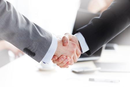 handshake: apret�n de manos en la reuni�n de negocios Foto de archivo