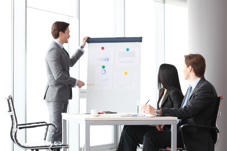 ビジネスマン ホワイト ボード上のデータを示す