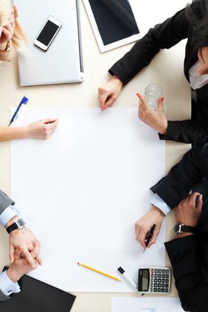 オフィスのデスクでビジネス ユーザー トップ ビュー