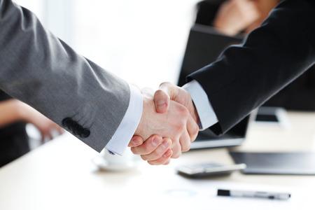 reuniones empresariales: apretón de manos en la reunión de negocios Foto de archivo