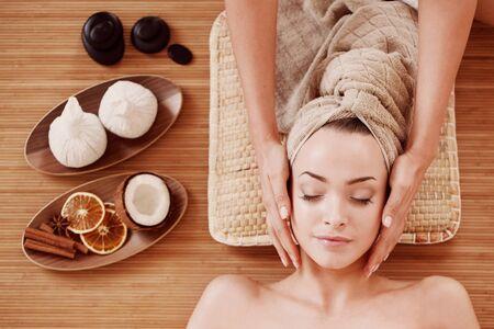 mooie jonge vrouw bij de spa-sessie Stockfoto