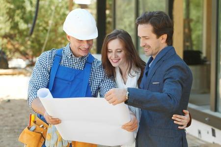 builder: capataz muestra los planes de dise�o casa a una joven pareja