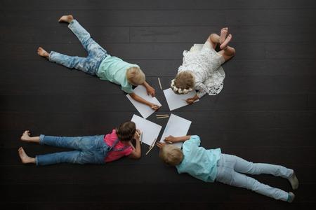 家で絵を描く子供たち 写真素材 - 44195622