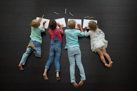 niños con lÁpices: niños de dibujo fotos en casa Foto de archivo