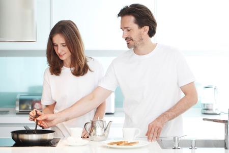 marido y mujer: pareja de cocinar el desayuno en la cocina Foto de archivo