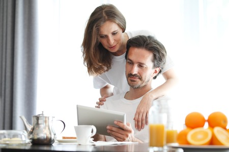 couple at breakfast looking at tablet Banque d'images
