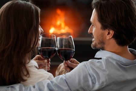 暖炉の隣に若いカップル