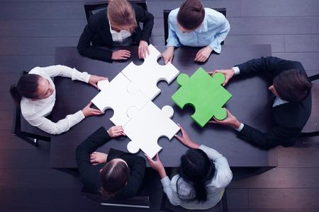 trabajo en equipo: equipo de negocios Concepto de rompecabezas de la soluci�n Foto de archivo