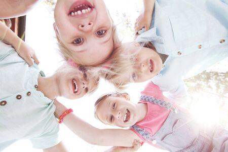 familias felices: retrato de grupo de niños felices