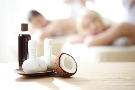 massage huile: Spa outils et les femmes obtenant massage sur fond de massage Banque d'images