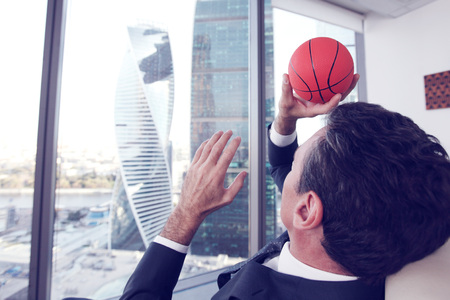 ejecutivo en oficina: Business man playing with a basketball at the office