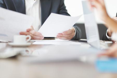 Primer plano de la gente de negocios trabajando juntos en una reunión Foto de archivo - 46646299