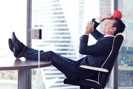 オフィスではバスケット ボールで遊んでビジネス男