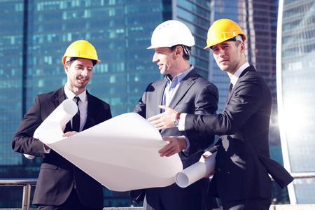 arquitecto: Arquitectos con anteproyecto en los rascacielos de fondo