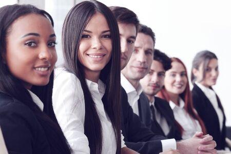 junge nackte frau: Business-Leute sitzen in einer Reihe und arbeiten, konzentrieren sich auf h�bsche Frau