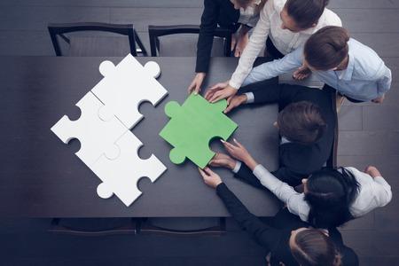 mujeres trabajando: Grupo de personas de negocios ensamblar rompecabezas, equipo de apoyo y ayuda concepto