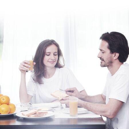 petit déjeuner: Couple ayant le petit déjeuner ensemble à la maison