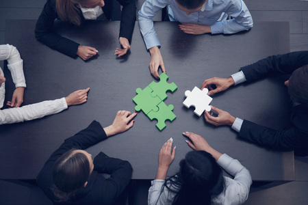 ジグソー パズル、チーム サポートとヘルプを組み立てるビジネス人々 のグループの概念 写真素材 - 48248007