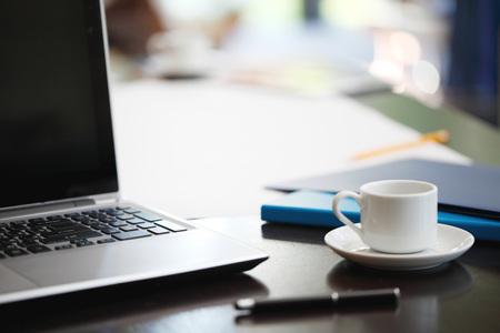 papeles oficina: oficina de trabajo con ordenador port�til y material de oficina