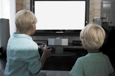 hermanos jugando: Dos hermanos jugando juegos de video en casa
