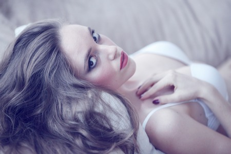 sexy young girl: Портрет красивой молодой женщины в нижнем белье на диване