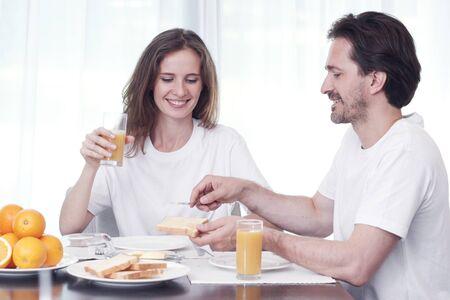 comiendo pan: Pareja desayunando juntos en casa Foto de archivo