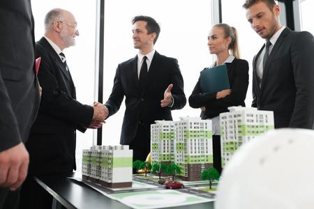 建築家と住宅地住宅のモデルを見て投資家のビジネス交流会 写真素材