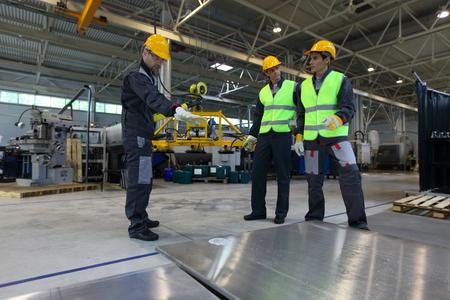 アルミビレットのショップ、CNC マシンで働く労働者