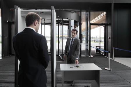 공항 보안 게이트에서 남자는 전화와 열쇠를 넣어 스톡 콘텐츠