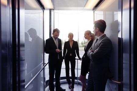 Business team aan de hand lift en praten