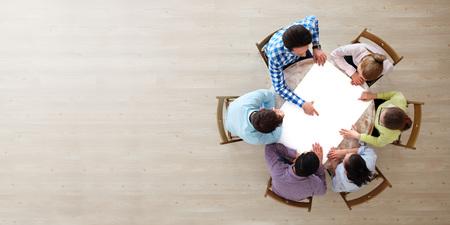 流行に敏感なビジネス チームワーク ブレーンストーミング計画会議コンセプト ホワイト ペーパーと指して、テーブルの周りに座って人々 のチームをコピー スペース 写真素材
