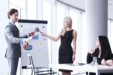 Presentación de negocios en la oficina, spreaker mostrando informes en pizarra Foto de archivo
