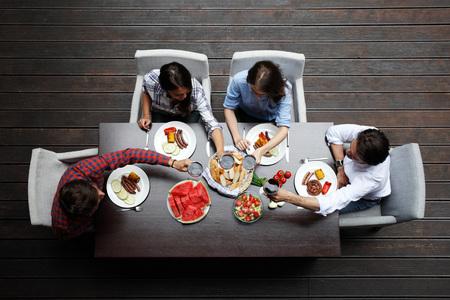 Vier vrienden eten, bovenaanzicht