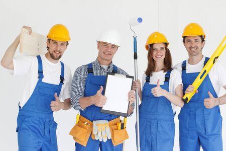 Gruppe professioneller Industriearbeiter mit Werkzeugen und Vertrag