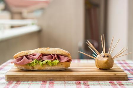 Sándwich de jamón en una superficie de madera Foto de archivo - 84749349