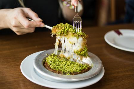 Tukish Dessert Kunefe met pistachepoeder.
