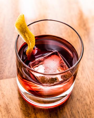 Negroni 레몬 껍질과 얼음 칵테일입니다. 음료 개념입니다. 스톡 콘텐츠