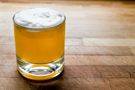 Whiskey sour cocktail with foam on wooden surface. Beverage concept. 版權商用圖片